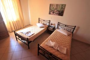 A bed or beds in a room at Nianthi Apartments