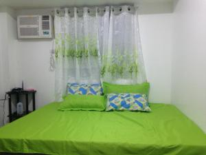 A bed or beds in a room at Feels at Home & Safe in the Heart of Manila