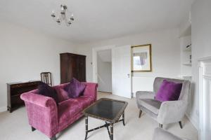 A seating area at Walcott Street Apartment Opposite Hilton