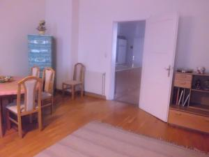A television and/or entertainment center at Appartements Donaublick