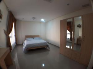 A bed or beds in a room at Al Massah Residence Salmiya