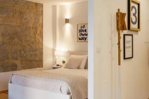 Een bed of bedden in een kamer bij Oporto Local Studios