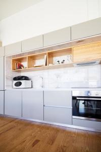A kitchen or kitchenette at Bonjardim Apartment Porto Center