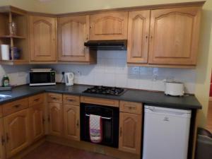 A kitchen or kitchenette at Bridge Cottage