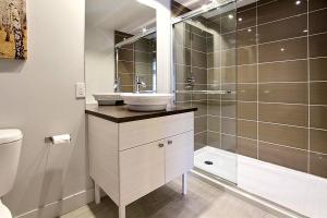 Salle de bains dans l'établissement 3 Bedroom Condo in Mont Saint Anne