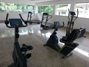 The fitness center and/or fitness facilities at Apartamento L'Acqua