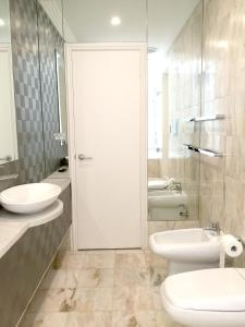 A bathroom at Luxury House In Bondi Junction