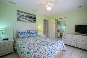 A bed or beds in a room at Beach Paradise Beach House