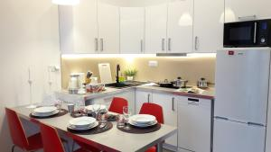 A kitchen or kitchenette at Newburg Apartments Wolska