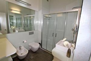 A bathroom at Marina Parque 83 - Clever Details