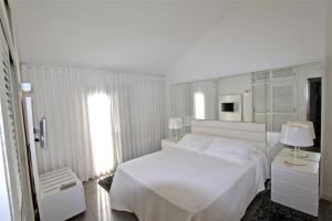 A bed or beds in a room at Marina Parque 83 - Clever Details