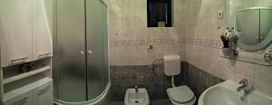 Koupelna v ubytování Apartmani Anda
