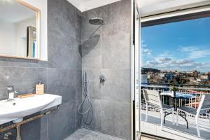 A bathroom at Caruso 5