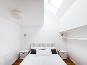 A bed or beds in a room at easyhomes-Piave Loft