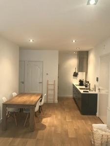 A kitchen or kitchenette at Koningshof XL