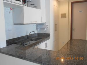 A kitchen or kitchenette at Luxuoso Quarto E Sala Mobiliado