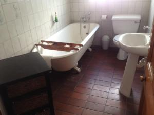 A bathroom at Camdeboo Cottages