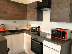 A kitchen or kitchenette at Holyrood top floor appartment