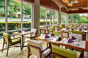 Un restaurante o sitio para comer en Treetops Executive Residences