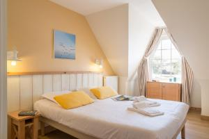 A bed or beds in a room at Village Pierre & Vacances - Belle Dune
