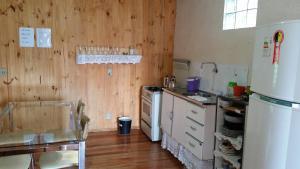 A kitchen or kitchenette at Casa de madeira em Caxias do Sul