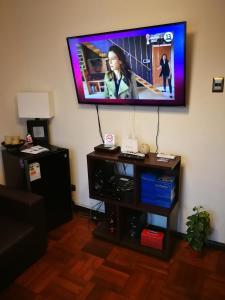 Una televisión o centro de entretenimiento en Departamentos K2