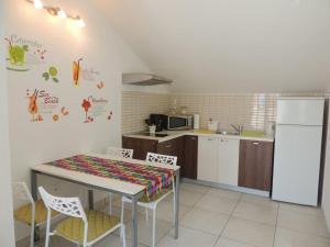 Kuhinja ili čajna kuhinja u objektu Apartments Svi-mi