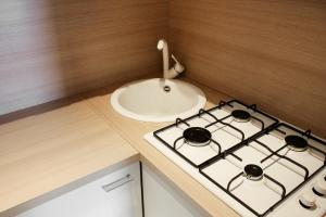 A kitchen or kitchenette at LHP Suite Rivisondoli