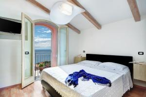 A bed or beds in a room at Acquamarina Suite - Stunning Ocean Views