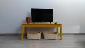 Uma TV ou centro de entretenimento em Aveiro Rossio Apartments