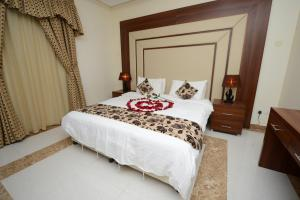 A bed or beds in a room at Hotelier Al Sulaymaniyh