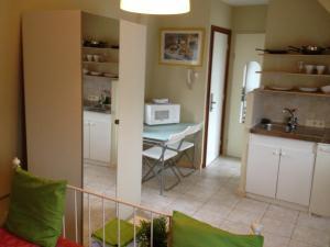 A kitchen or kitchenette at Studio's Javastraat