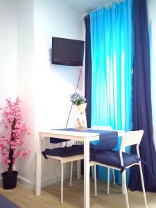 Una televisión o centro de entretenimiento en Enjoy Malaga Apartamentos Conde