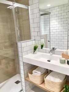 Bathroom sa Inside Bilbao Apartments