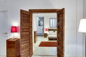 A bed or beds in a room at Paris Appartements Services - Les Appartements du Marais
