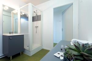 A bathroom at Néméa Appart'hotel Toulouse Constellation