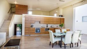 A kitchen or kitchenette at Luxury Bay View Villa 20 Right On Τhe Beach