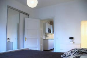 A bed or beds in a room at White Apartment by MalmoHomes