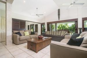 Зона вітальні в Tranquility By The Course Port Douglas