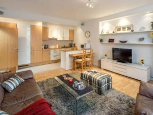 A seating area at 2 bed in amazing West London location