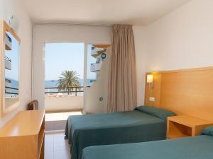 Cama ou camas em um quarto em Apartamentos Mar y Playa