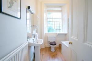 A bathroom at Eildonside