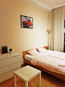Ένα ή περισσότερα κρεβάτια σε δωμάτιο στο Coser Apartamenty Centrum Świętokrzyska