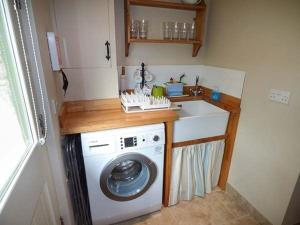A kitchen or kitchenette at The Garden Cottage, Weymouth