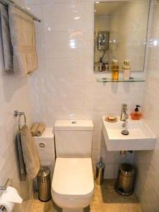 A bathroom at The Garden Cottage, Weymouth