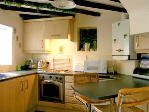 A kitchen or kitchenette at Corner Cottage, Beccles