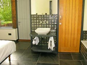 Bathroom sa The Granary, Abergavenny