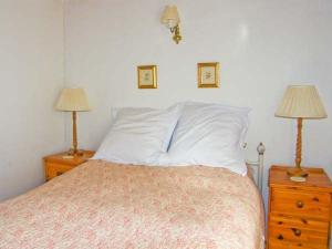 A bed or beds in a room at Church Cottage, Whitby