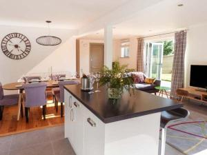 A kitchen or kitchenette at Willow Cottage, Rye