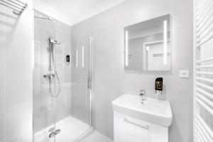 A bathroom at DownTown Suites Belohorska